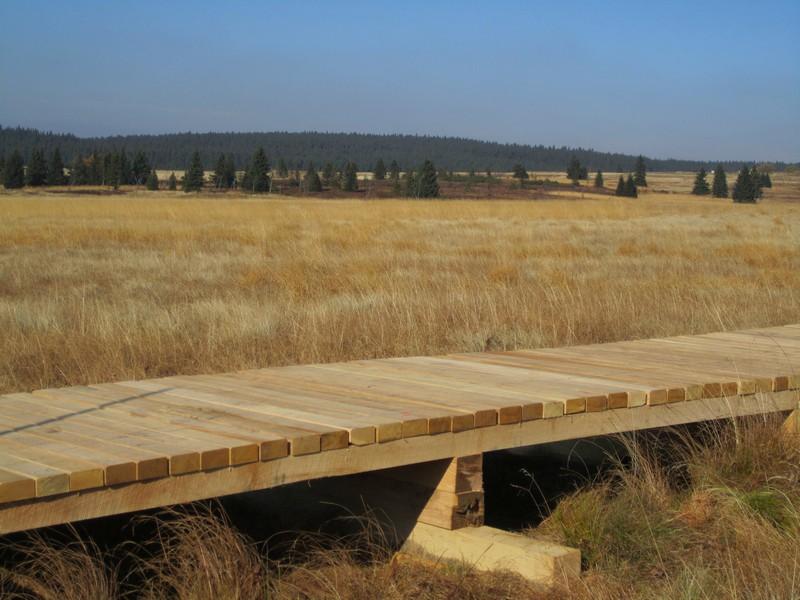 Dřevěný chodník vypodkládaný