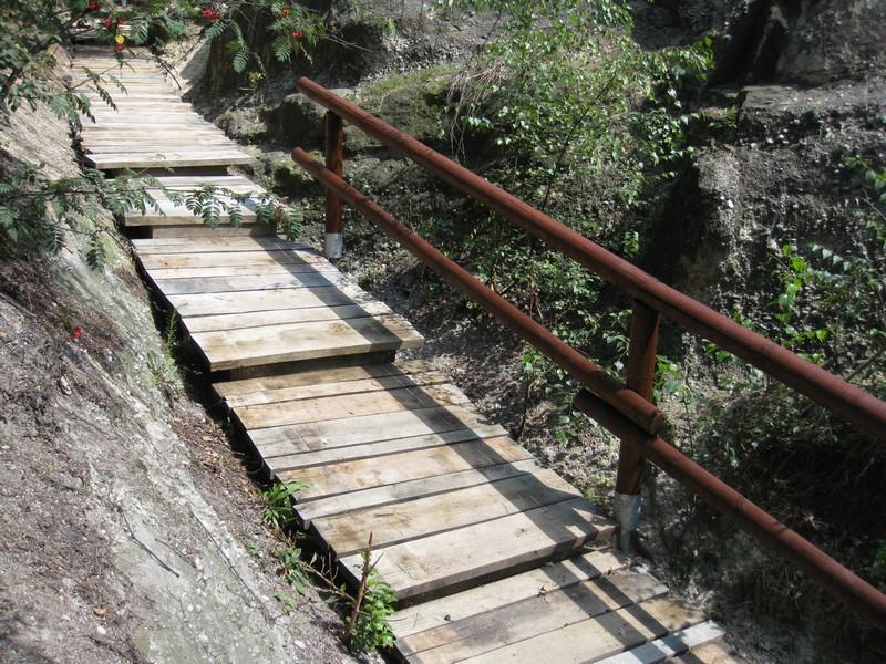 Dřevěný chodník se schody