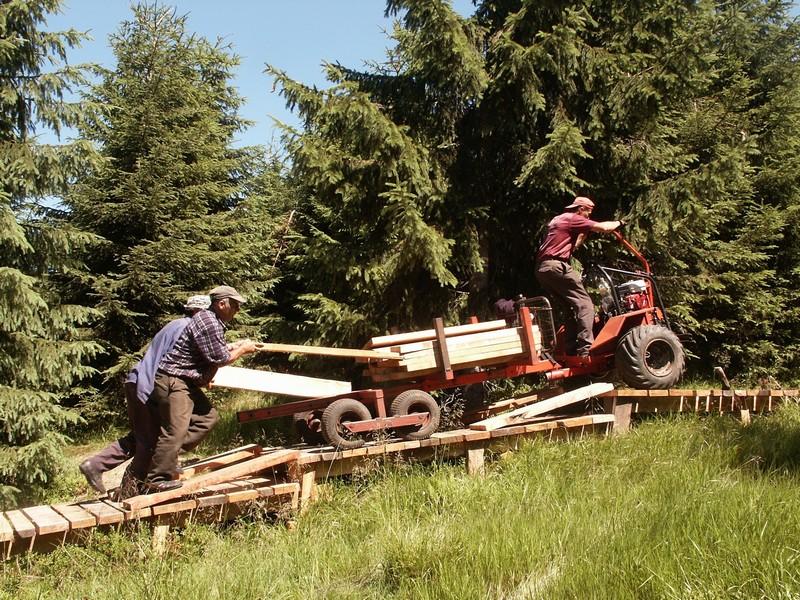 Náročná doprava materiálu pro montáž dřevěného chodníku
