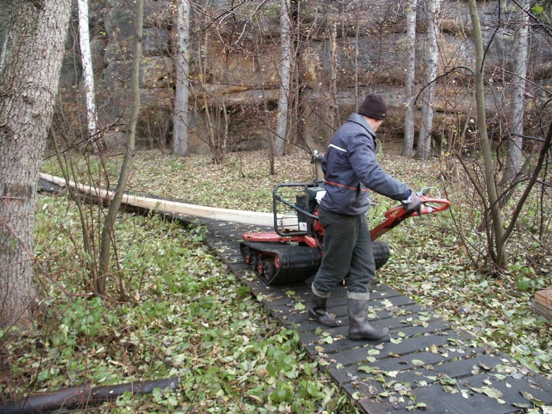 Šetrná doprava materiálu pro montáž dřevěného chodníku