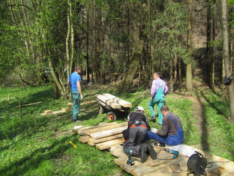 Montáž dřevěného chodníku vyžaduje atypické vybavení